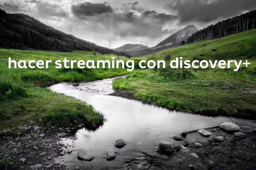 """Foto en blanco y negro de montañas, árboles y río con detalles en verde y texto que dice """"hacer streaming con discovery+""""."""